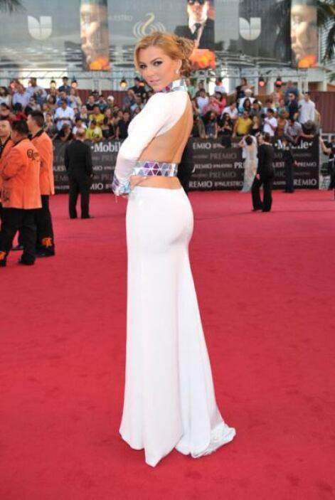 La espalda no fue lo mejor, con su vestido resaltó lo mejor de sus curvas