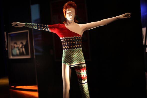 El japonés Kansai Yamamoto diseñó el traje que Bowie utilizó para su per...