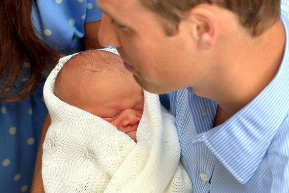 El príncipe William y su esposa Catherine recibieron a la cig&uum...