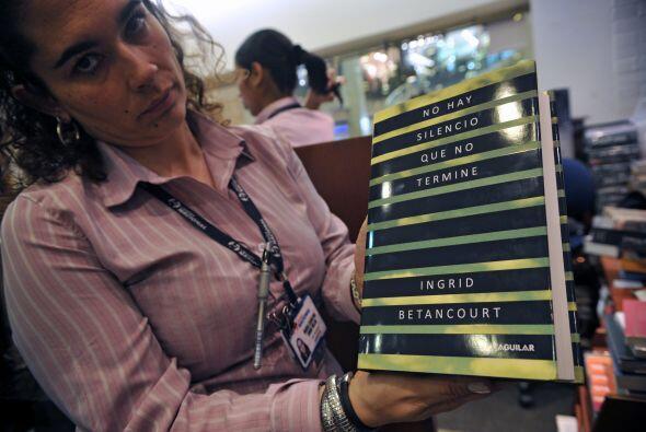 """El libro """"No hay silencio que no termine"""" fue acomodado en los estantes..."""