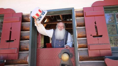 El parque temático de Santa Claus reabre en el sur de California...