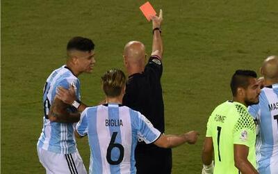 Heber Lopes expulsó a Marco Rojo en una nueva equivocación