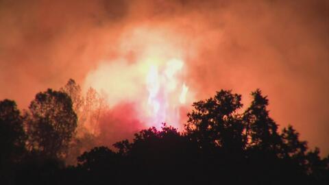 En un minuto: Incendio a 90 millas de San Francisco obligó a la evacuaci...
