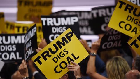 Letreros de partidarios del carbón durante la última conve...