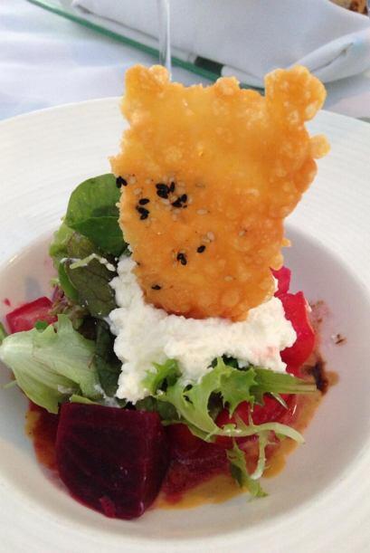 En cambio, Raúl pidió una ensalada con betabel y queso de cabra.