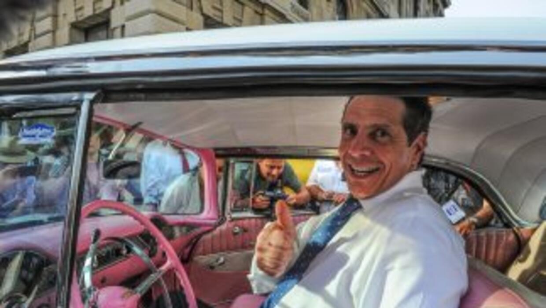 El gobernador de NY, Andrew Cuomo, posa dentro un auto antiguo durante s...