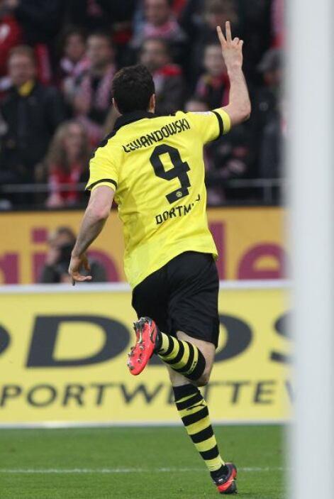 Lewandowski marcó dos goles, suficientes para que el Dortmund se impusie...