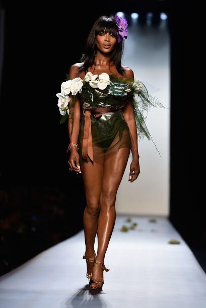 Naomi Campbell apareció como 'bouquet' nupcial y demostró...