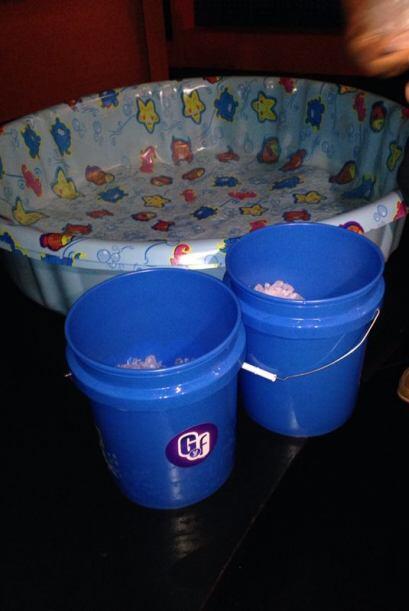 En estos baldes había agua con hielos.
