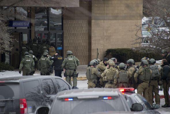 Agentes dentro del centro ayudaron a los ciudadanos a evacuar el lugar,...