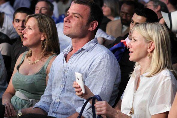 El actor Liev Schreiber y la estrella de cone  Naomi Watts disfrutaron l...