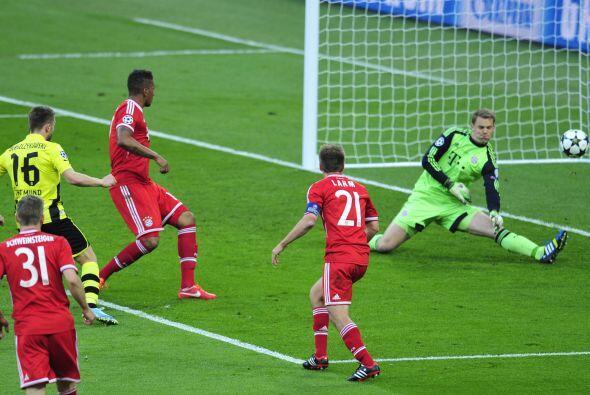 Aquí Neuer le saca otra a Lewandowski.