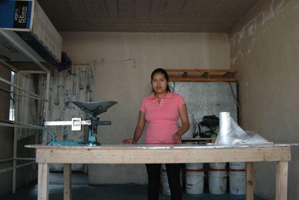 Victoria de Aquino es dueña de la única pollería del pueblo. A ella le p...