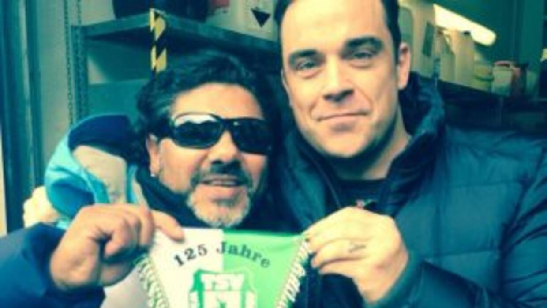 Robbie Williams y el falso Maradona. Foto tomada de Twitter.