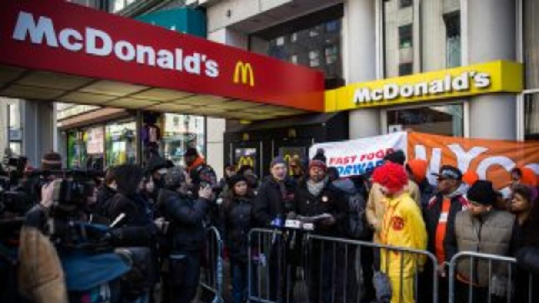 Empleados de McDonald's mostraron su inconformidad.