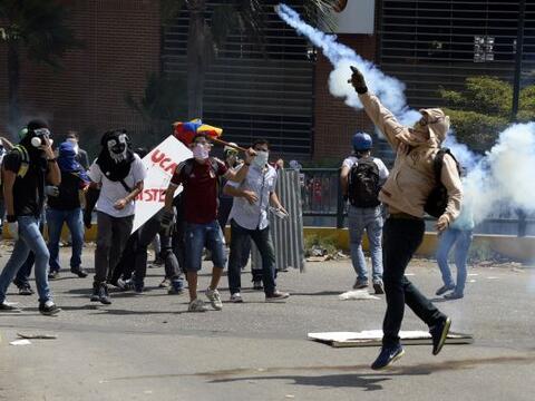 Grupos de manifestantes se enfrentaron este jueves con piedras a grupos...