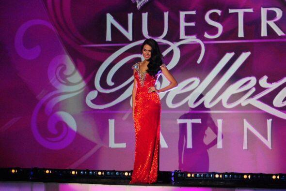 De México llegó Bárbara Falcón llamando la atención con un elegante vest...