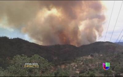 Un voraz incendio mantiene a decenas de familias en vilo en California