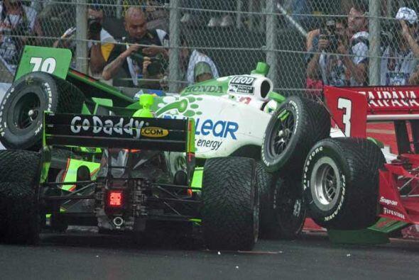 Detrás de Power, un accidente entre cuatro autos frenño la carrera.