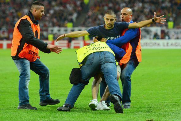 Rapidamente la seguridad sacó al fanático y el partido siguió sin proble...