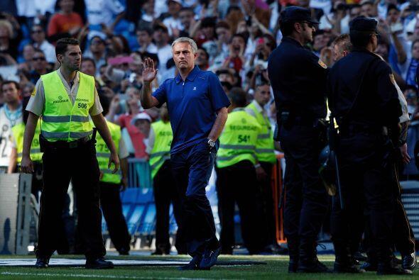 Al final del partido Mourinho se despidió de la parte de la afición fiel...