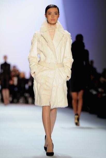 Para que no te pierdas entre tanta piel y 'glamour', opta por un abrigo...