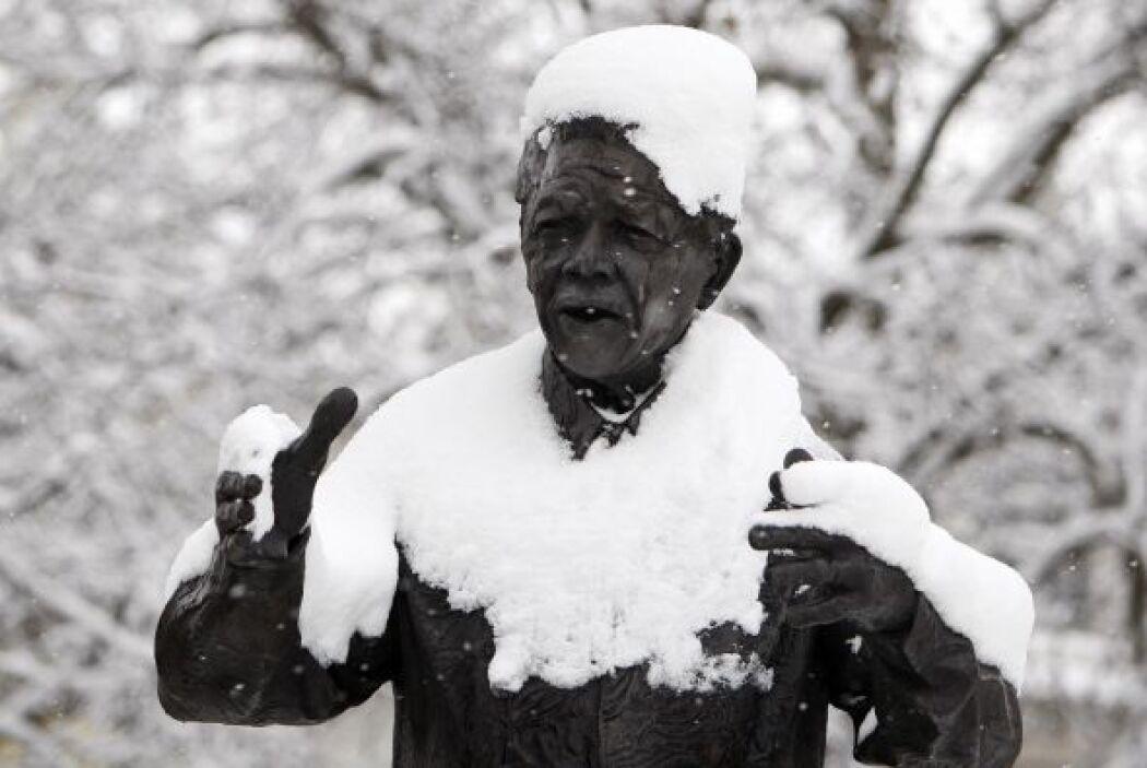 Una estatua de Nelson Mandela, cubierta de nieve en el  Parlamento de Lo...