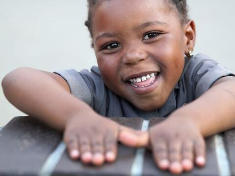 Una sonriente niña en el Centro Sentebale, que brinda atención médica y...