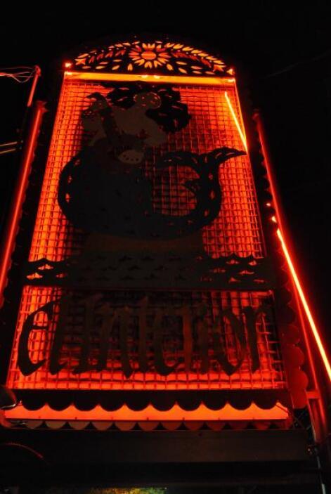 Y a sólo unos pasos de ahí, una misteriosa figura se yergue en la noche...