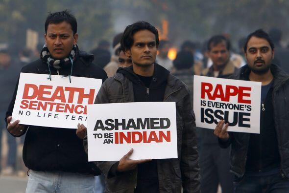 Un grupo de manifestantes se reunió con Sonia Gandhi, jefa del partido C...