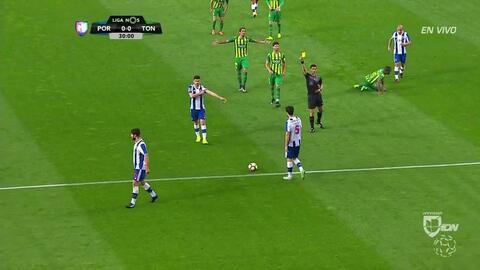 Tarjeta amarilla. El árbitro amonesta a Felipe Augusto de Almeida Montei...