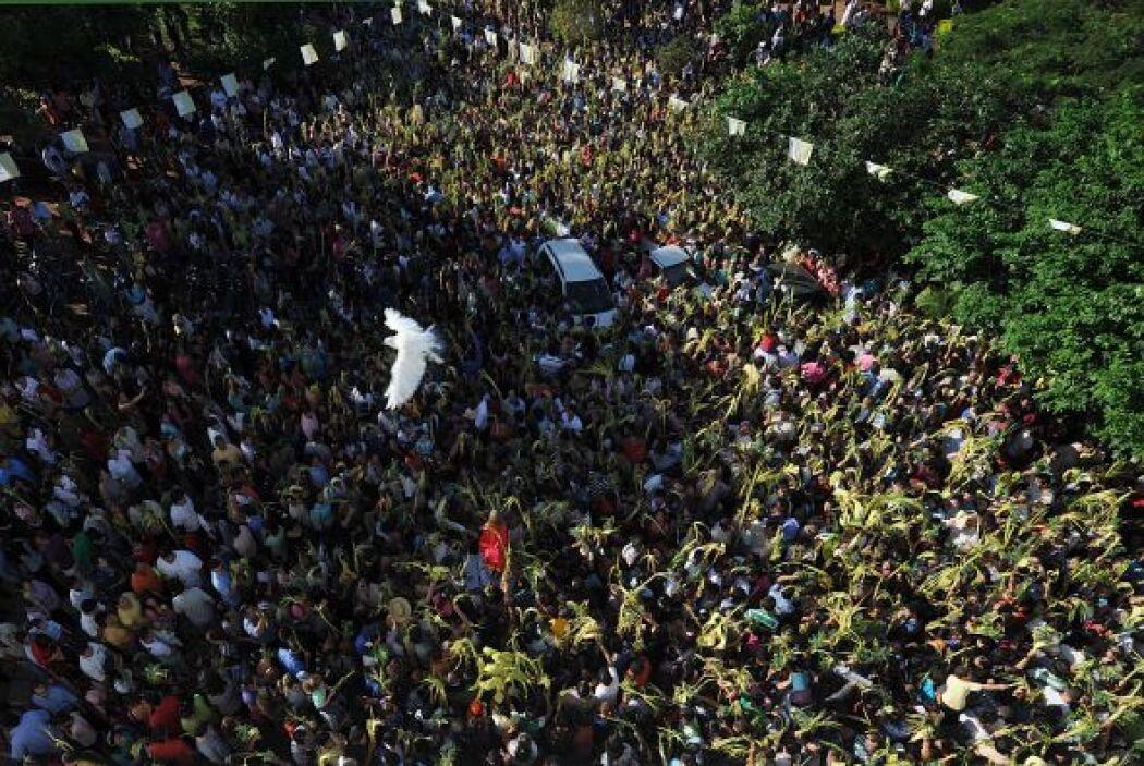 En Paraguay, cientos de feligreses se congregaron en la capital con sus...