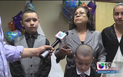 Una familia en Stockton adopta a seis niños