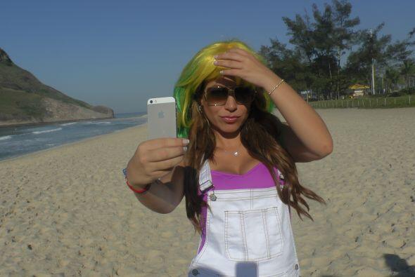 También sorprendimos a Lindsay Casinelli probándose una peluca verde ama...