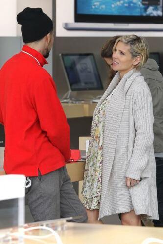 La actriz española deja ver su avanzado embarazo mientras sale de compra...