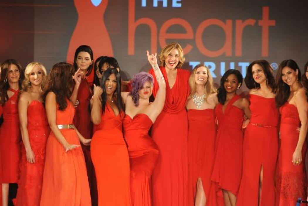 Mujeres de la farándula visten de rojo para rendir homenaje a esta noble...