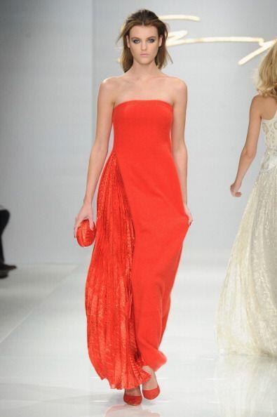 ¡Qué nada frene tu sensualidad! Un vestido 'strapless' larg...
