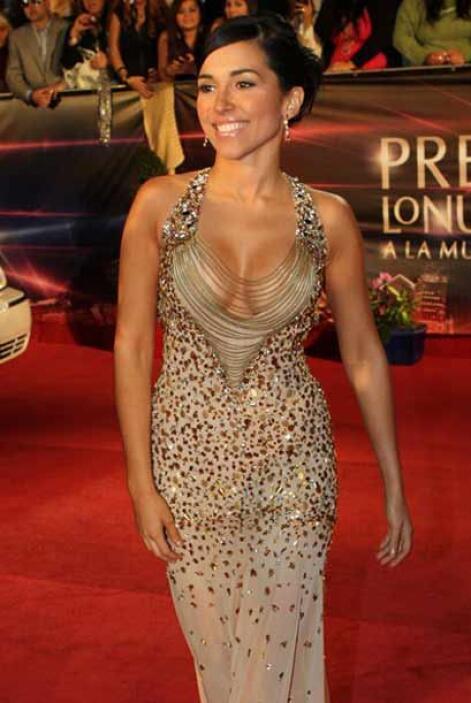 Pero a pesar del generoso y sensual escote, este vestido esta raro, cont...