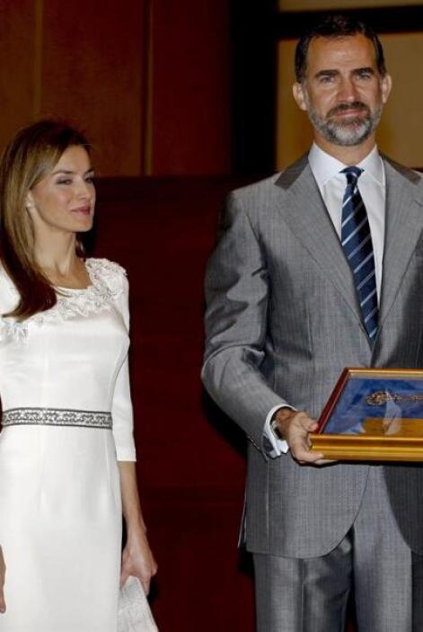 El príncipe Felipe de Borbón y la princesa Letizia, tras recibir de mano...