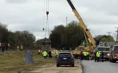 Dos vehículos caen a un agujero en una calle de San Antonio dejando a un...