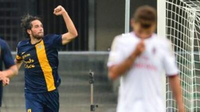 Luca Toni celebra uno de sus goles ante Milan.
