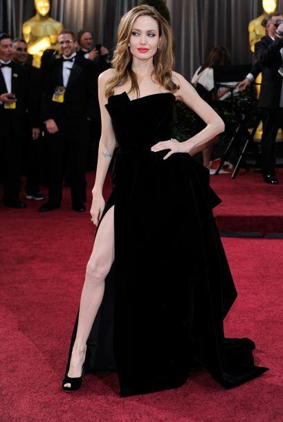 El modelito negro que revelaba la delgada pierna de Angelina no fue prec...