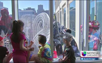 Superhéroes limpian ventanas de un hospital en Chicago