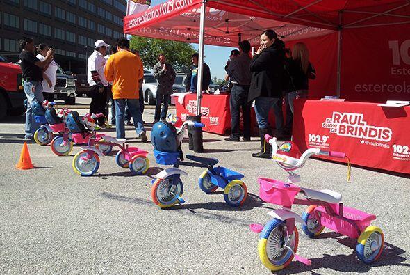 En un, dos por tres, el equipo de promociones consiguió algunos triciclo...