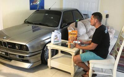 Randy Jalil guardó su auto en la sala de su casa por el hurac&aac...