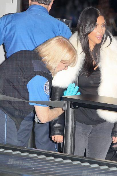 La oficial se mantuvo serena mientras registraba a la celebridad.
