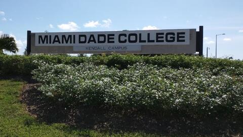 Letrero del Miami Dade College en Kendall.