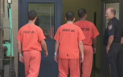 Dos legisladores proponen cambios al sistema de fianzas del condado Harris