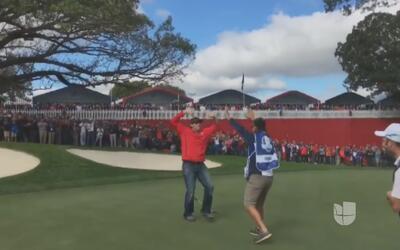 Un aficionado les dio una lección a los golfistas profesionales con un g...