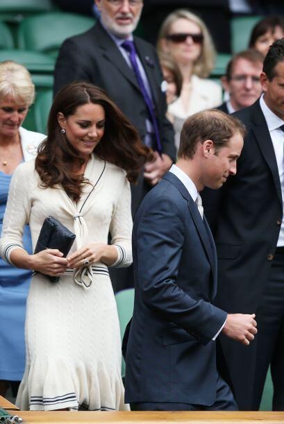 ¡Esta vez el príncipe no le dio el paso a su esposa!